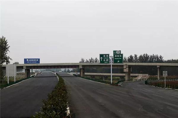日前,涡阳东互通立交上面层施工完成,标志着历时25个月建设的济祁高速图片