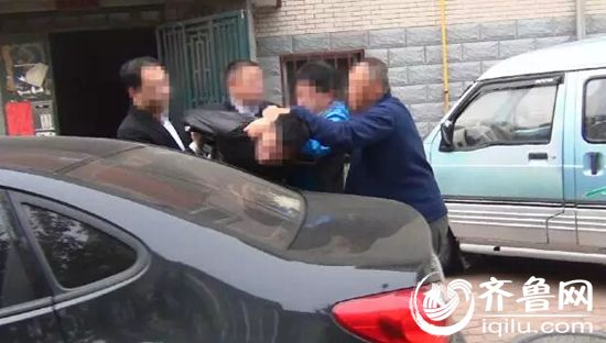 10月18号清晨六点左右,嫌疑人李某离家外出,民警成功把他抓获。(视频截图)