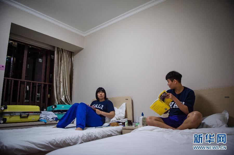 ... 的田径运动员在青运村内交流。新华社记者李响摄