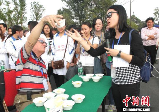 图为外国友人品尝扬州炒饭。