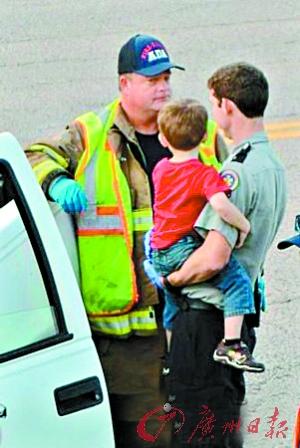 """新华社电 美国一名母亲酒后驾车,不慎跌出车外。她3岁的儿子(右图)接过方向盘,行驶一段距离后安全""""停车""""。"""