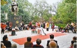 西安革命公园烈士塑像前唱大戏 市民:演得不是地方