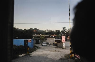"""10月3日,旅游项目上承诺参观""""十三陵"""",只是坐在大巴车上远远看一眼。"""