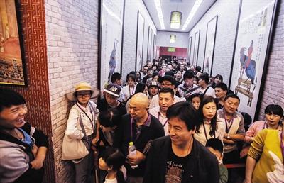 10月3日的低价游,导游强迫游客观看自费项目——天桥把戏。大批游客在门口排队等待,前面的游客看完,他们才能入场。