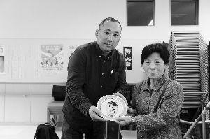 南京民间抗日战争博物馆馆长吴先斌向美穗子赠送银瓷盘