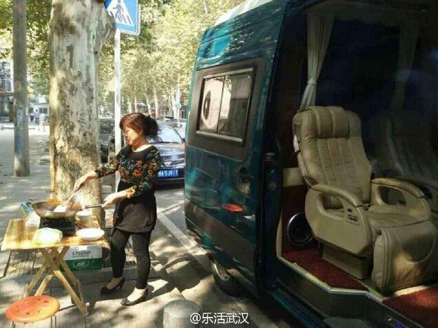 """武汉晚报讯(记者李爱华)""""房车专门接送,保姆当街做饭,这名家长送孩子培优蛮拼呢(如图)。""""昨晚,一名网友通过微博发布自己的街头见闻,引发了不少网友的关注。"""