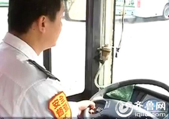 男子要求下车遭拒 恼羞成怒向公交司机吐痰