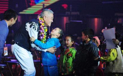 赵本山与孩子们的互动,让当晚的演出爱意浓浓。