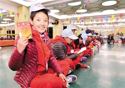 """10月23日,由共青团西藏自治区委员会主办、西藏青少年实践教育基地承办的第一期""""放飞心灵·阳光伴我行——我们是共产主义接班人""""融情实践营活动在拉萨举办。自治区儿童福利院的40名优秀学生代表通过为期3天的主题团队活动,培养集体主义团队合作精神和自强自立的能力。据悉,实践营活动共分5期,于10月23日至12月6日期间每周末举办,成员以拉萨市周边县的农牧民学生和贫困家庭子女为主。"""