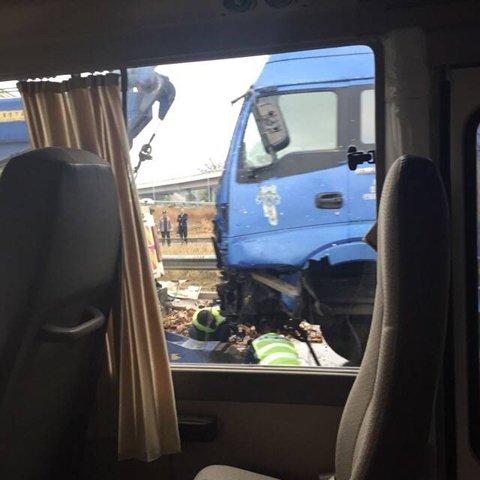 北京一小货车被两大货夹击 司机重伤住院