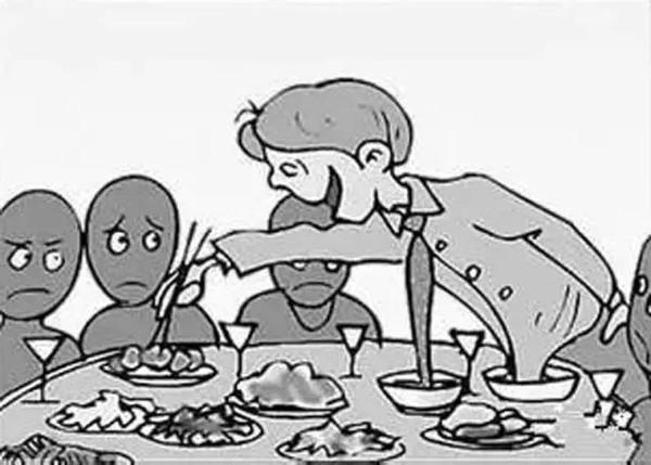 某婚宴餐桌上,有个八九岁的小孩子,每上一道菜总是先往自己的盘子里夹图片
