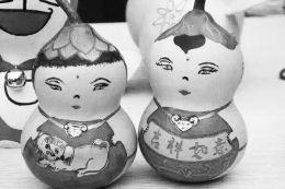将代表中国传统文化的福禄,脸谱,花卉等纯手工绘画在葫芦上,把每一个