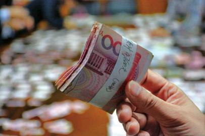 7旬老人发病撕钱 4万多现金成2000多张碎片图片