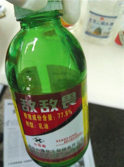 实验用的敌敌畏和间苯二酚。