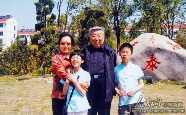 闫肃和孙子、孙女在一起。图片来源:人民网军事频道