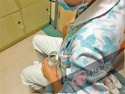 男子砍柴被马蜂蜇100多处,两护士挤人奶救人