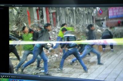 兰州强拆现场20多名男子抛砖砸人 11人被砸伤
