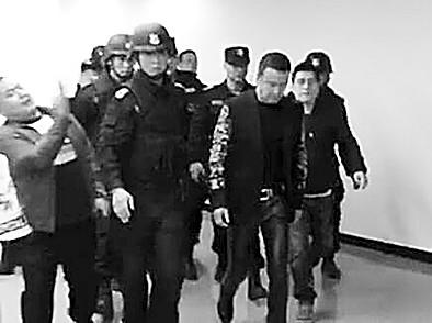 杨坤否认因吸毒被抓 澄清照片系被保安护送(图)