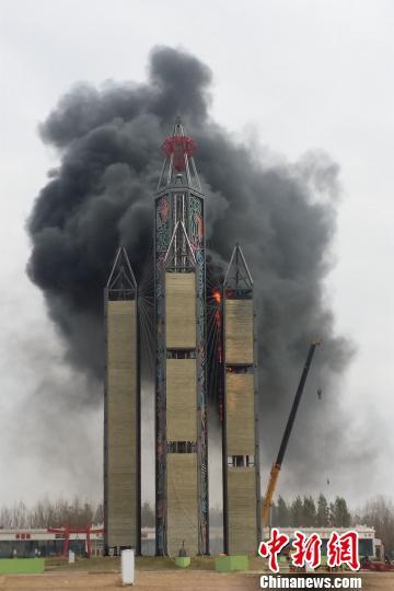 哈尔滨冰雪大世界园区内一建筑起火 幸无伤亡