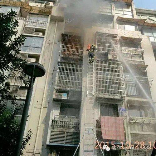 消防员打不开防盗窗 眼睁睁看一对母子倒入大火