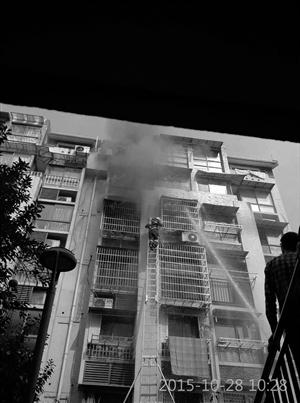 私家车占道挡消防车母子俩家中被烧死(图)