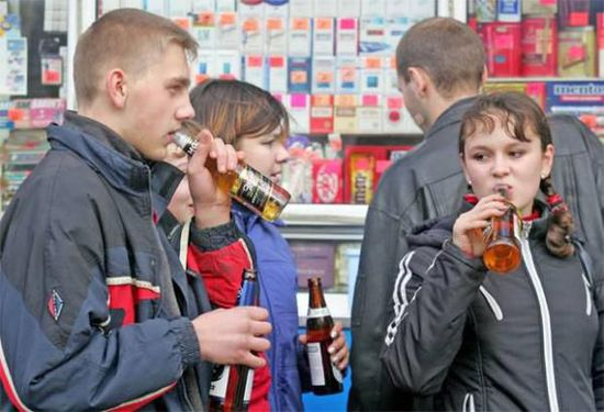 俄罗斯人好酒人尽皆知,有个笑话说俄罗斯人生下来最先喝的不是母乳,而是伏特加