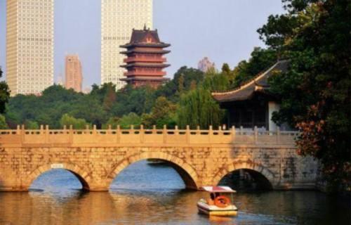 安徽合肥排在第六位。合肥是华东地区综合交通和通信枢纽之一,拥有三所国家实验室和四座重大科学装置,是仅次于北京的国家重大科学工程布局重点城市。同时也是全国首座国家科技创新型试点城市,还是世界科技城市联盟会员城市。 第七名:厦门
