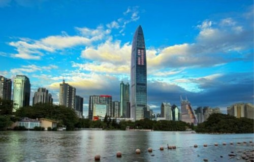 """深圳是中国经济中心城市,经济总量长期位列中国大陆城市第四位,是中国大陆经济效益最好的城市之一,英国《经济学人》2012年""""全球最具经济竞争力城市""""榜单上,深圳位居第二。今年上半年,深圳GDP为7550.11亿元,比去年同期增长8.4%。2014年的人均GDP按平均汇率折算为24336美元,已经相当于2013年韩国水平。"""