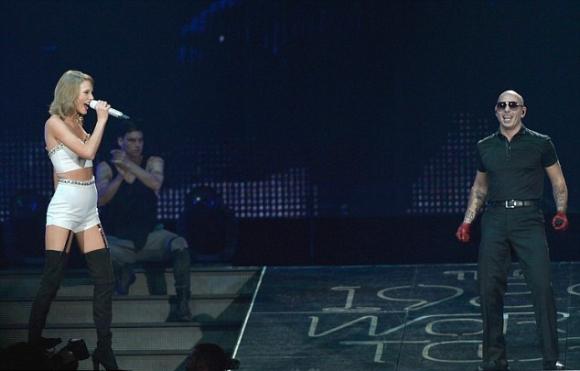 pitbull演唱会_pitbull和瑞奇·马丁助阵霉霉巡演,韦德送球衣(组图)