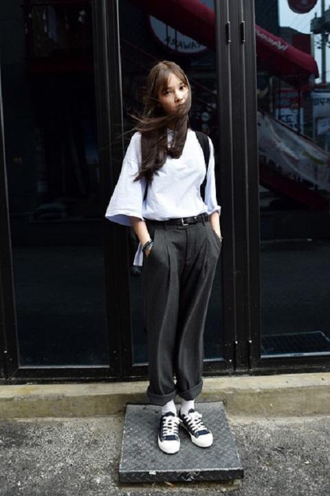 低帮匡威经典帆布鞋更适合脚踝和小腿处较粗壮的妹子,不过韩国街头