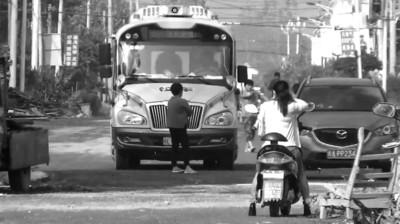 幼儿园车遭拦老板娘被扒衣 警方称搞太清伤和气