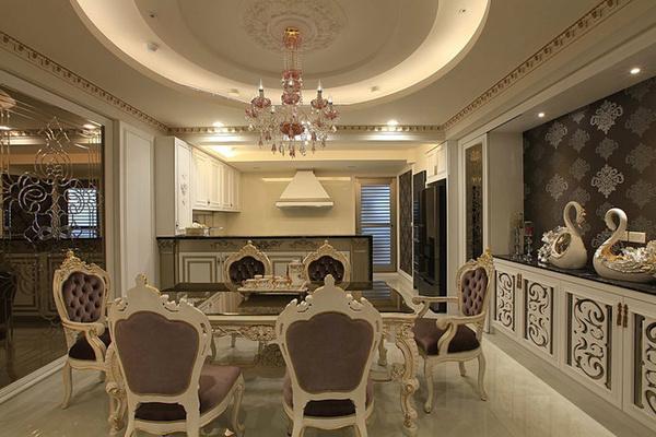 上图为主卧室采用复古色的花纹美化天花板,框饰出独特的