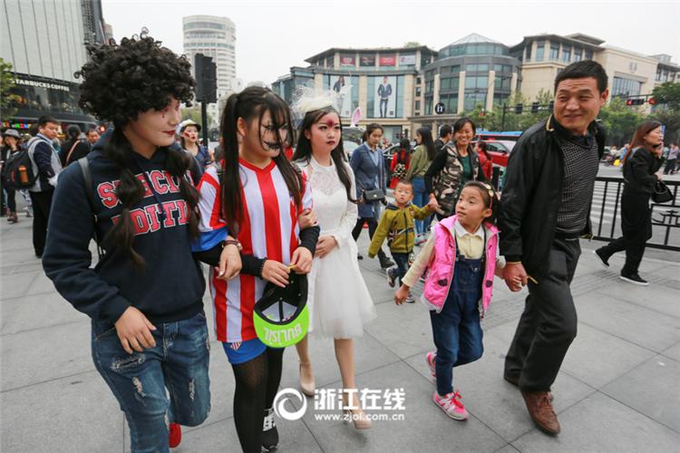 万圣节大波女鬼袭杭州 性感血护士街头吓人