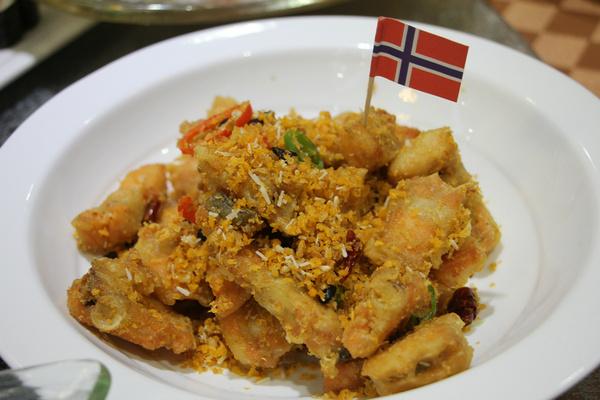 十二道滑板的顺德三文鱼全鱼宴来到成都大良啦挪威风味店图片