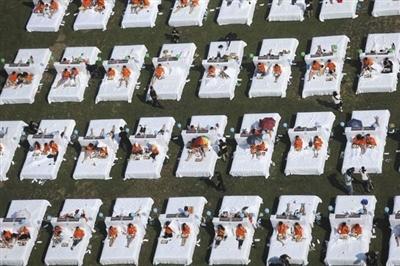 """2015年8月16日,一家酒店以450人次完成了""""最多人在床上吃早餐""""的吉尼斯世界纪录挑战,打破了此前在上海创造的388人次的吉尼斯世界纪录。"""