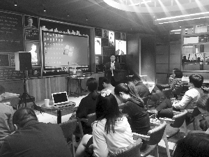 顾建伟在咖啡馆参加一次创业论坛