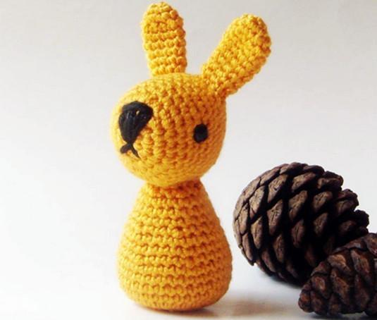 目光有点儿呆滞的小松鼠,假装深沉的灰兔兔背影,深情相望的小蜜蜂.图片