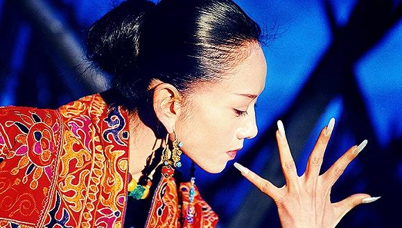 节目质量而言,杨丽萍是云南孔雀舞的不二代言,而2014年小彩旗在春晚上