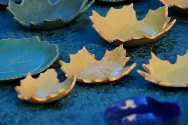 这种质地的作品光泽柔和,手感细腻,枫叶形状的碟子很是特别和漂亮.