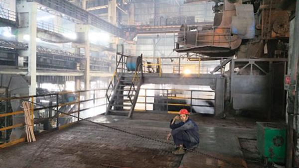 武安某钢铁厂的工人。 新华每日电讯 图