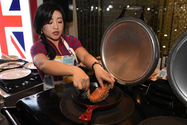 亚嘉伦玛斯集团中国品牌形象大使蔻蔻在活动现场演示中式菜肴烹饪