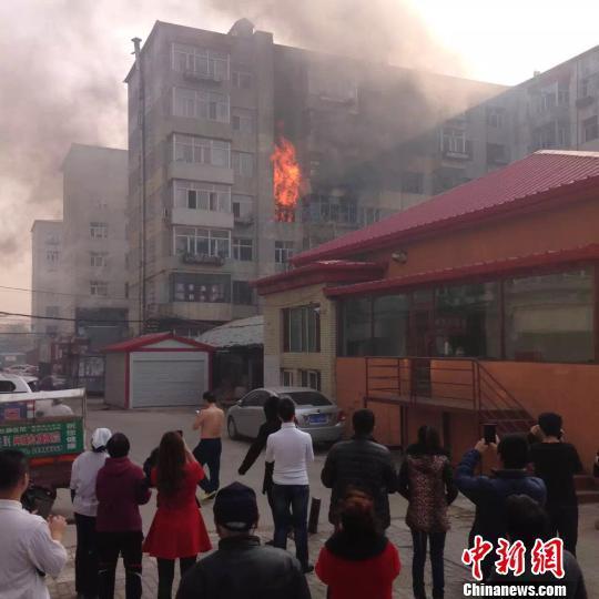 哈尔滨男子引爆煤气罐跳楼 1女子身亡7民警被烧伤