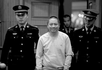 仲加杰被带入法庭时,笑着向亲属打招呼。京华时报记者欧阳晓菲摄
