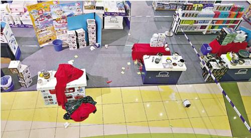 九龙城广场男子坠楼跌落B1地库展销场,打翻一锅粥。香港《文汇报》