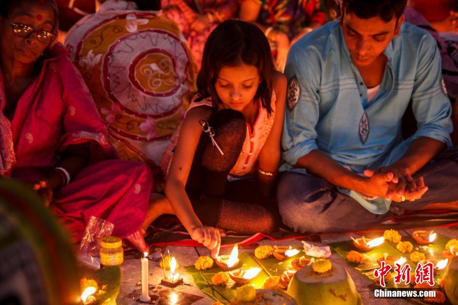 孟加拉国信徒燃灯祈祷 场面壮观组图 场面壮
