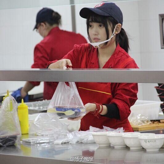 食堂女神走红 扬州大学食堂女神走红 有人为看她排队打饭