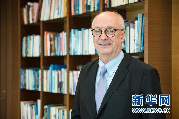 图为新华网新加坡频道专访新加坡管理大学校长梅雅诺教授。(王应耀/摄)