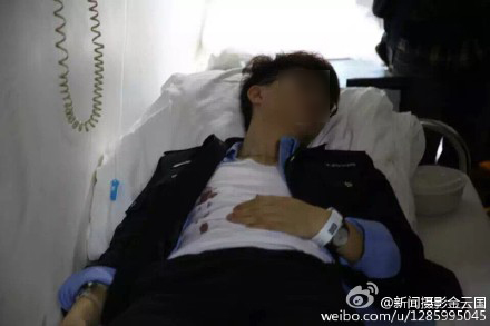 一位伤者躺在病院。微博图@新闻拍照金云国