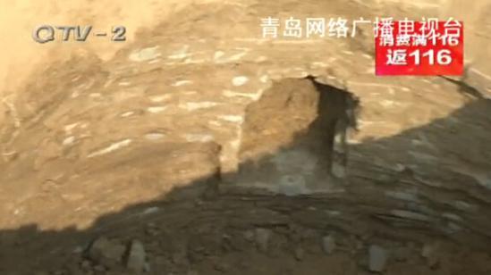 即墨大信镇乔家村的李大爷,正在自家的地里挖树坑,挖着挖着,挖出个意想不到的东西——古墓。