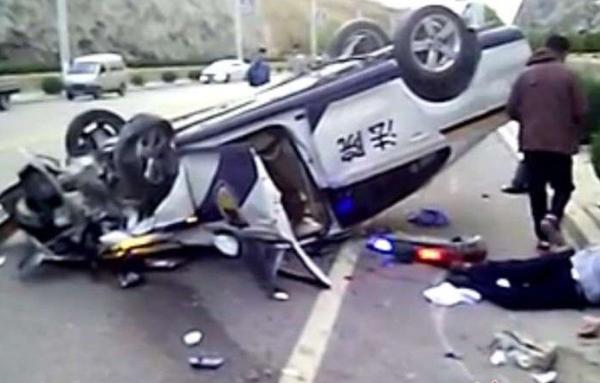 陕西警车失控翻车4人伤 因被告押送途中抢方向盘